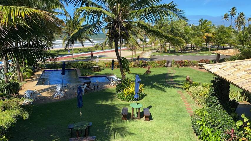 Casa beira mar com piscina, churrasqueira e jardim