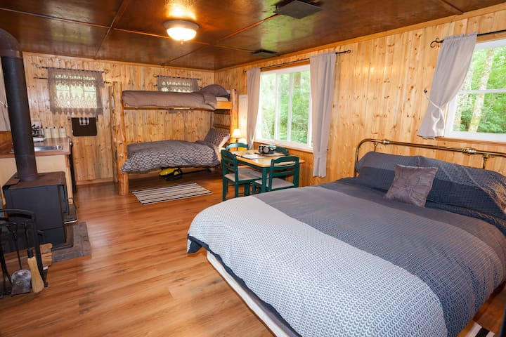 THE HOMESTEAD CABINS Secluded riverfront cabins - Port Renfrew - Cabin