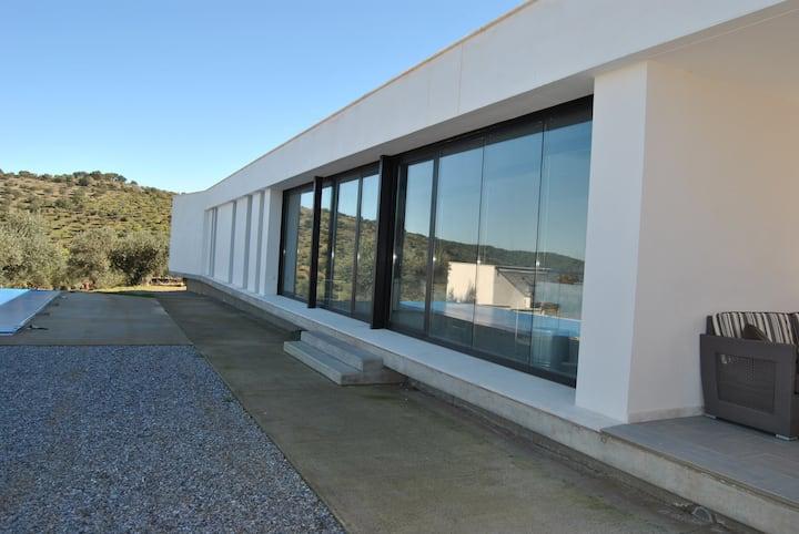 Moderna casa en finca de 30.000 m2. en Extremadura