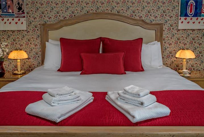 Baker City Blue Door Inn: The Red Room