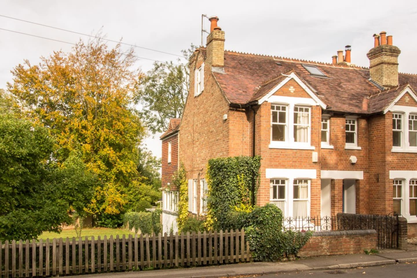 Midsomer Cottage is a delightful three bedroom Victorian cottage with open outlooks situated in a charming riverside village within the Oxford ring road, and with easy access to the city by bus, or a leisurely walk along the towpath.
