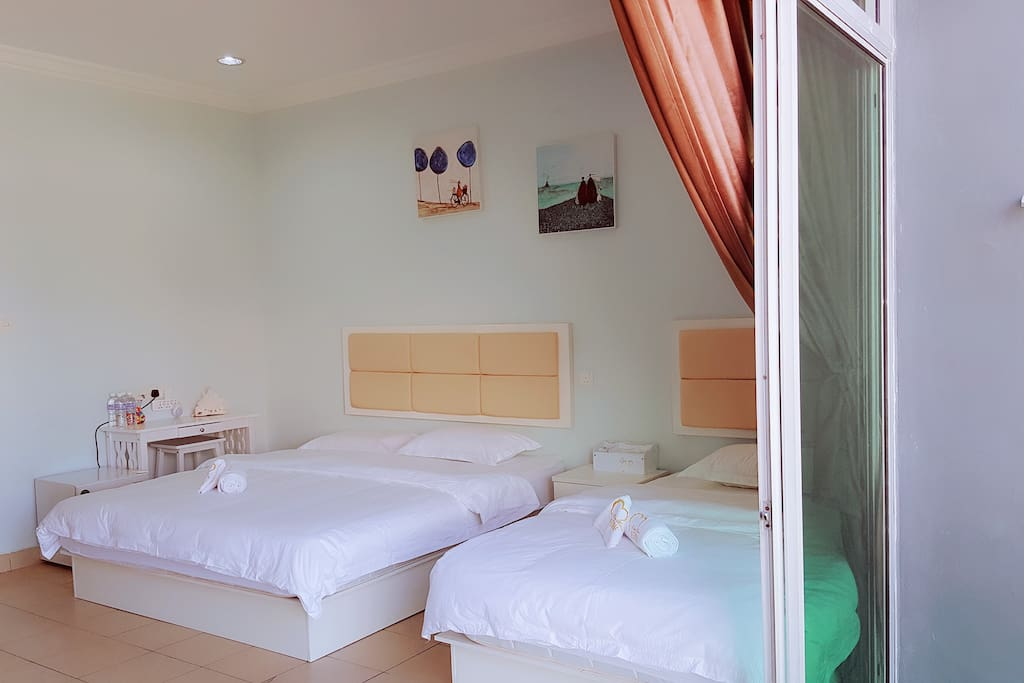 特大家庭房:1米8床2张(King size),1米2床1张(Single);独立洗手间,独立阳台
