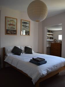Totnes Centre: Double room with shared bathroom