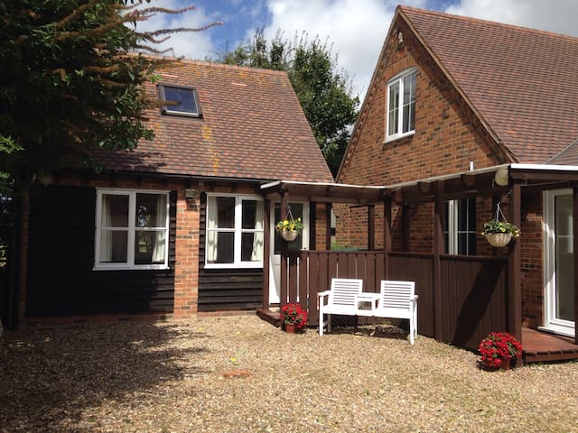 1 Bed Detached Annexe with Parking & Sky TV - Northall - Dom