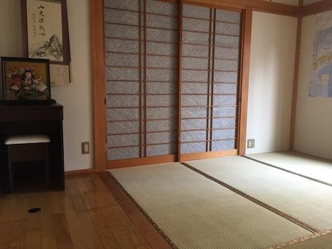 4.5畳の畳にエアコンも完備夏冬快適です。