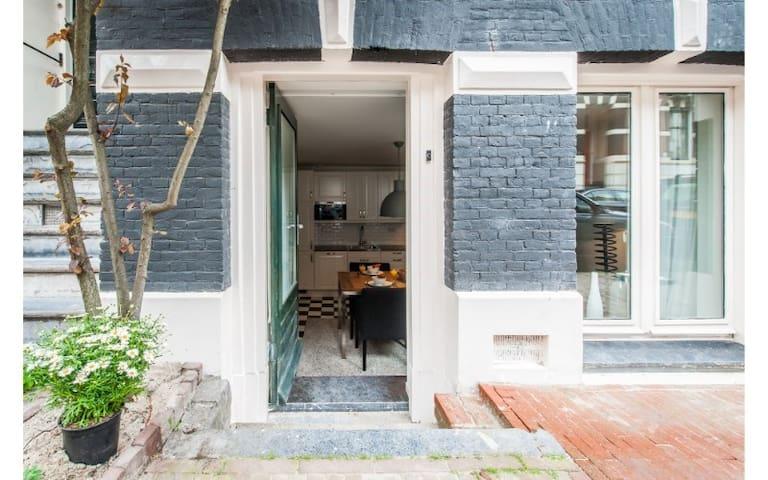 Charming 2-Bedroom Apartment 50m from Vondelpark!