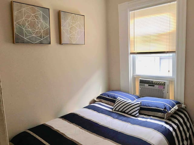 Cozy, Bright room in the heart of Cambridge!