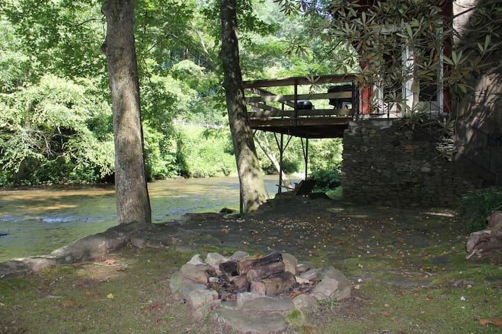 RIVER HAUS- NOT PET FRIENDLY- Absolutely Stunning River Home right on the Hooch! Minutes from Alpine Helen.
