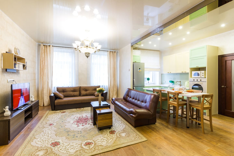 Апартаменты со свежим ремонтом в центре города (Площадь Победы). Гостиная. 2-спальный диван. Два 1-спальных дивана. Диваны прекрасно подходят для комфортного сна гостей.