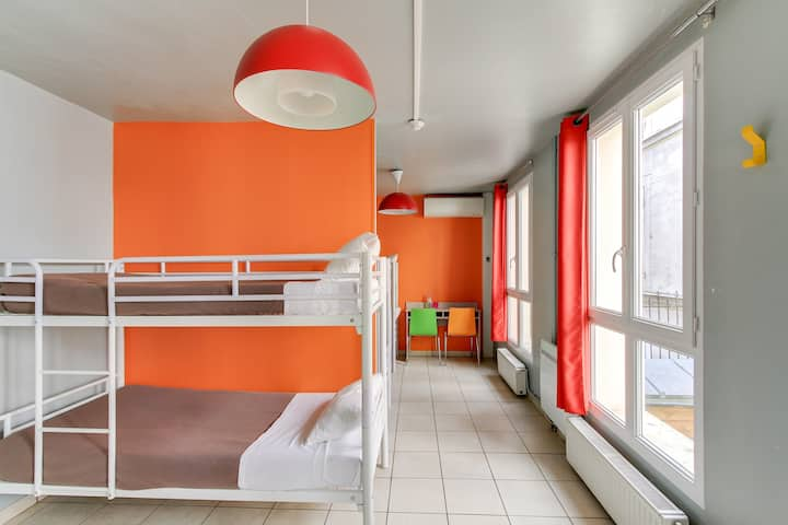 Bed in a 6 bed Dormitory with shared bathroom  in hostel near Montmartre Hill
