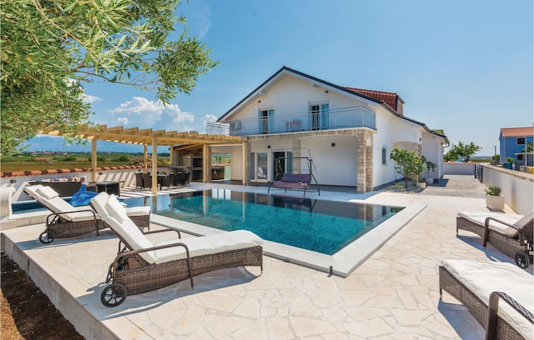 Holiday cottage with 5 bedrooms on 175m² in Vrsi