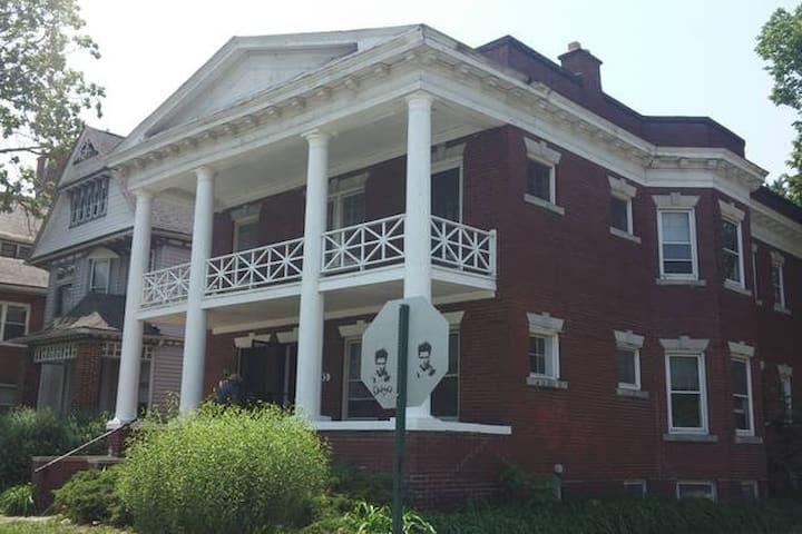 Historic District Flat - Overflow Room - Detroit - Pis