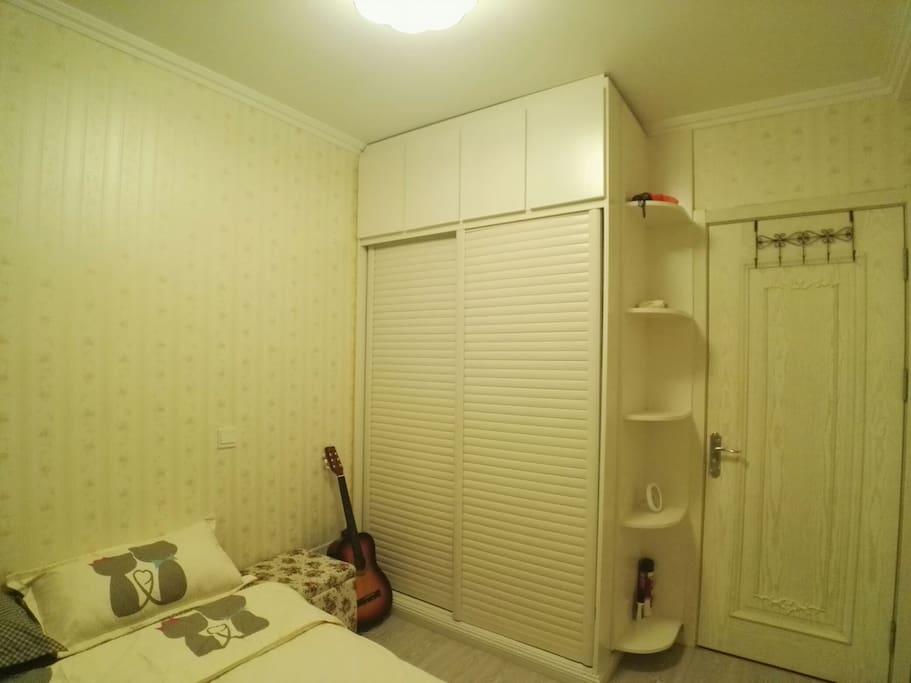房间不大,但每处细节都是我的精心设计