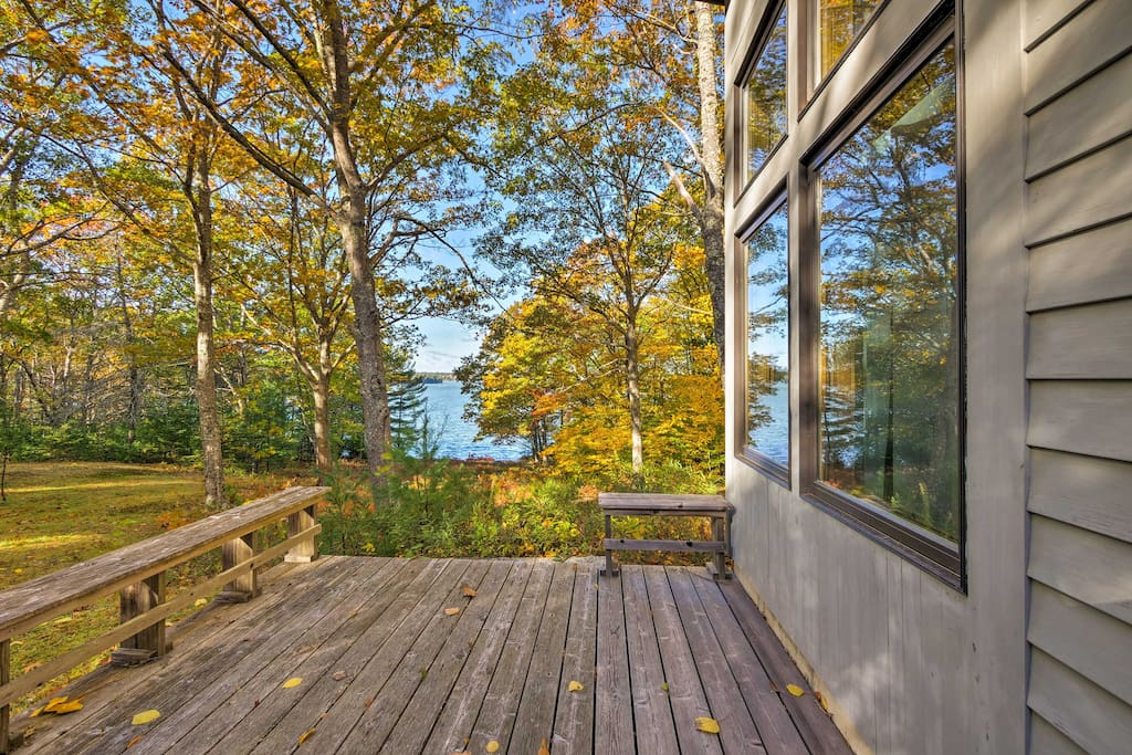 This 3-bedroom, 3-bathroom house has a deck and gas fireplace!