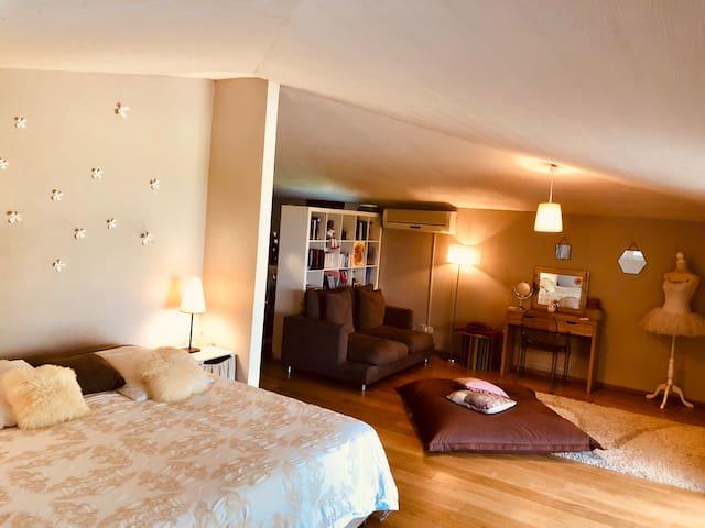 Chambre parentale a l'étage, climatisée, avec salle de bain et barre de danse classique. Vue panoramique sur le lagon et Moorea.