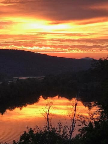 Scenic and Private River-View Retreat