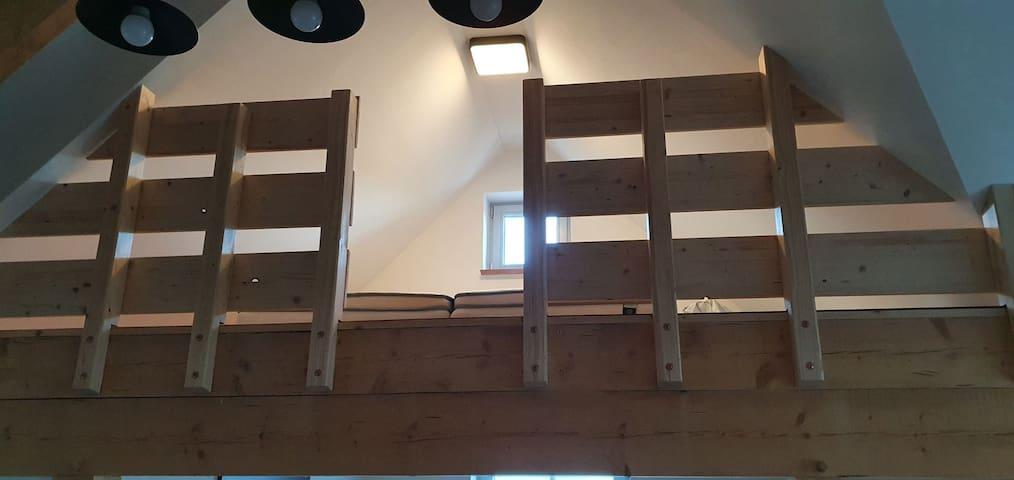 Schlafboden im Spitz mit Leitertreppe erreichbar