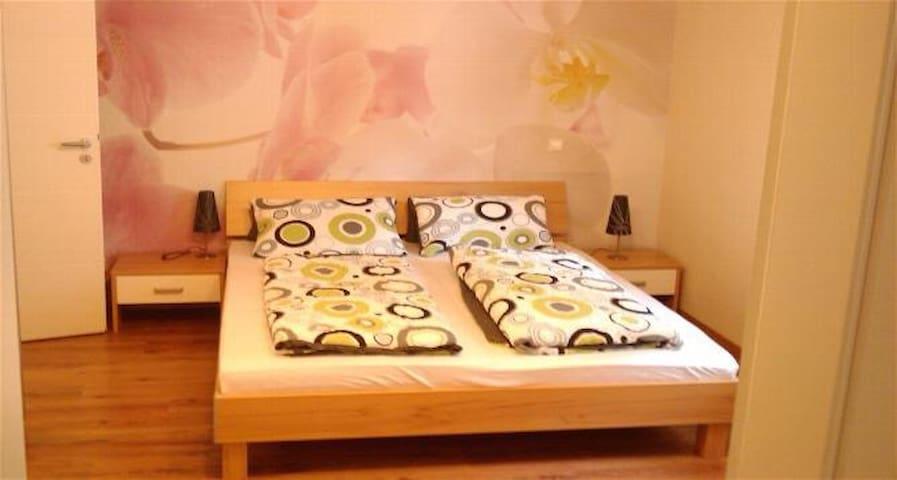 Bettwäsche steht Ihnen zur Verfügung. Alle Zimmer können komplett mit elektrischen Rollläden abgedunkelt werden.