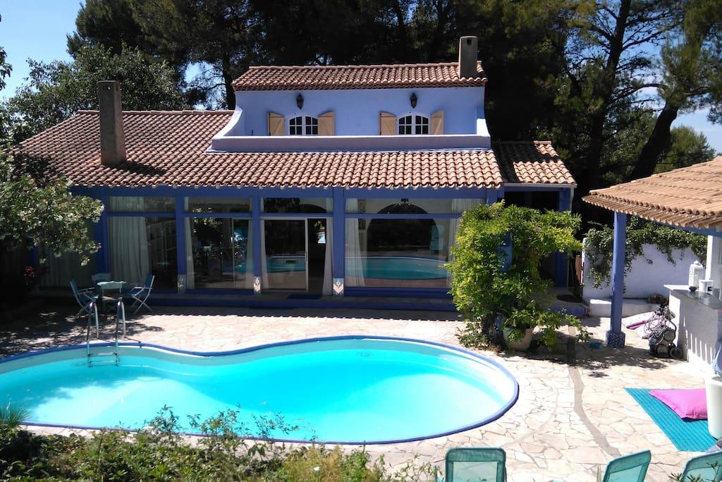 Romantique maison bleue provence villas louer saint for Accessoire piscine st mitre les remparts