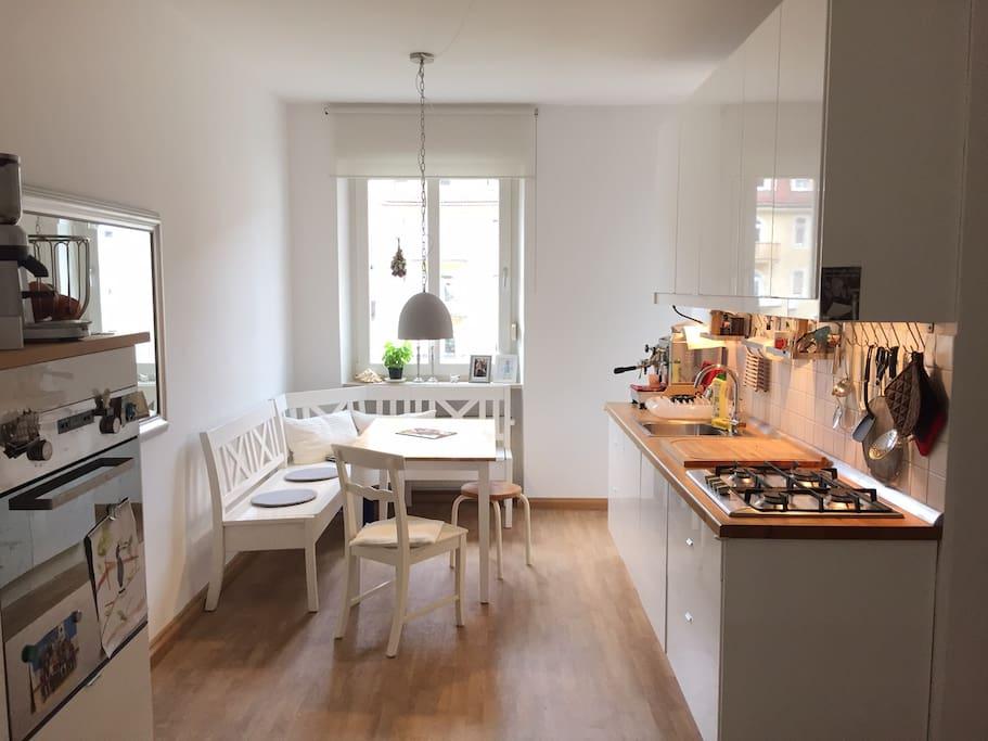 zimmer in sch ner heller wohnung mit balkon flats for. Black Bedroom Furniture Sets. Home Design Ideas