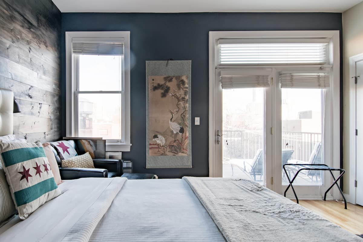 Views of the Chicago Skyline from a Beautiful Master Suite