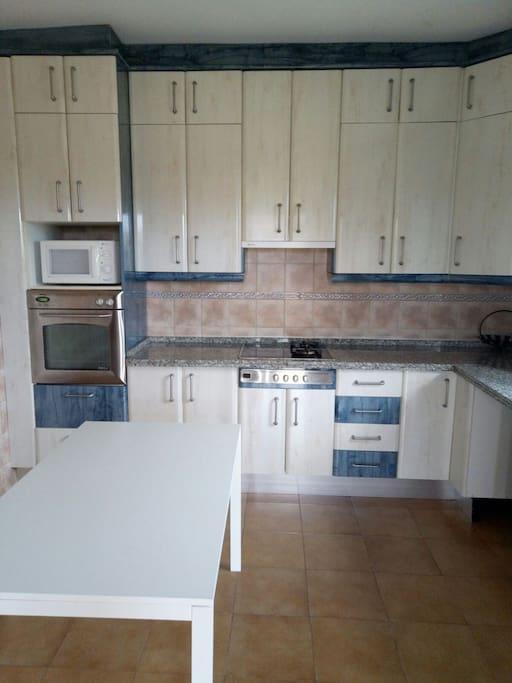 cocina amplia con horno y microondas