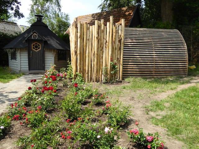 Finse sauna en daarnaast de Lapland kota