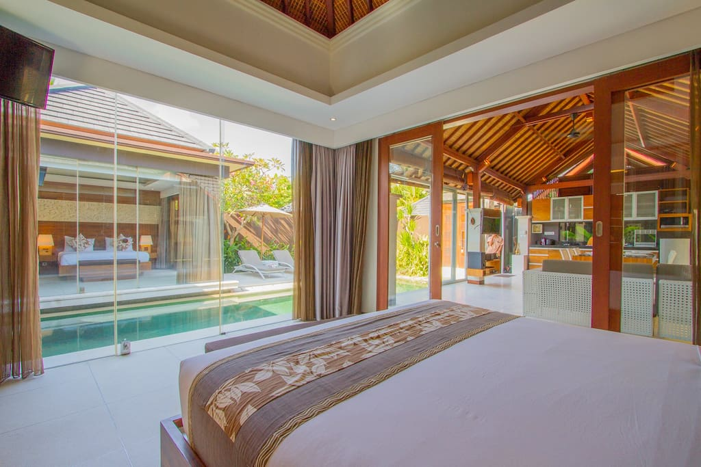 Bedroom with view on the pool