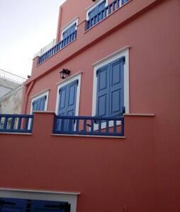 Στην Ερμούπολη για δουλειές ή διακοπές - House