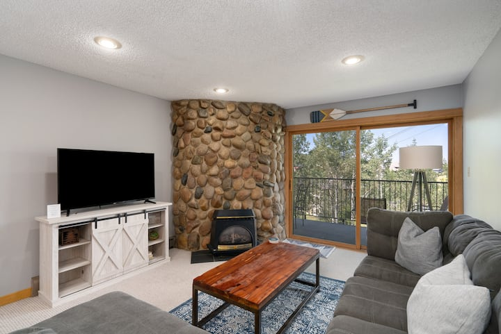 Discounted lift tickets! Ski In / Ski Out, Newly Remodeled 2 Bedroom Condo! Ski Inn 321