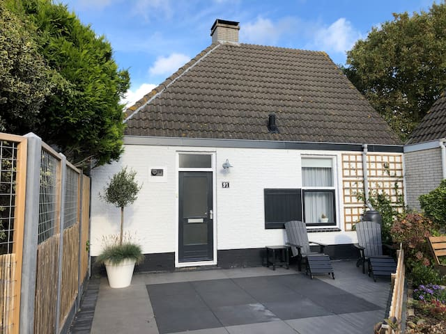 Huis 500m v strand. Openhaard-tuin-privacy-comfort