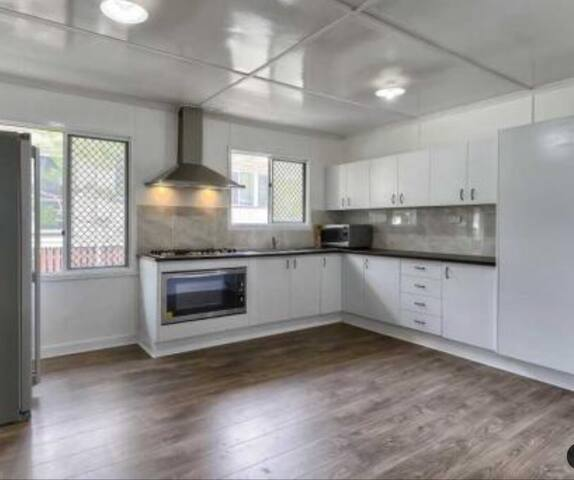 Modern spacious design 8k from CBD! - Stafford Heights - Hus