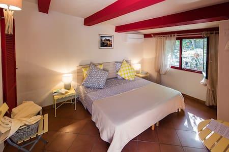 Les oliviers de Parmentile, 1/2 : chambre lin - Bonifacio - Bed & Breakfast