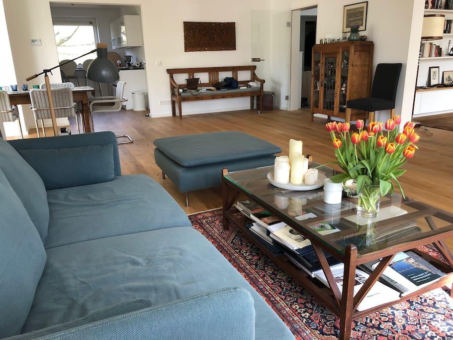 Das grosse Wohnzimmer mit Sitzecke und Blick in die Küche - the lounge with dining area and view into the kitchen
