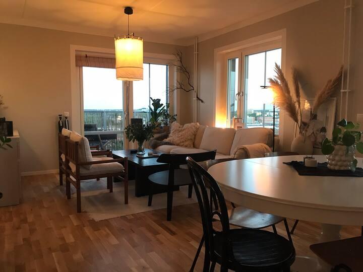 Snygg lägenhet med milsvida utsikt, två balkonger