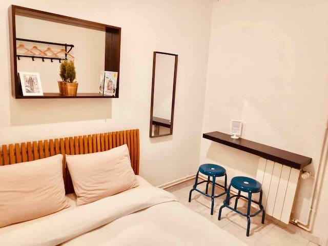 Quiet room meters from Plaza Cataluña/Las Ramblas