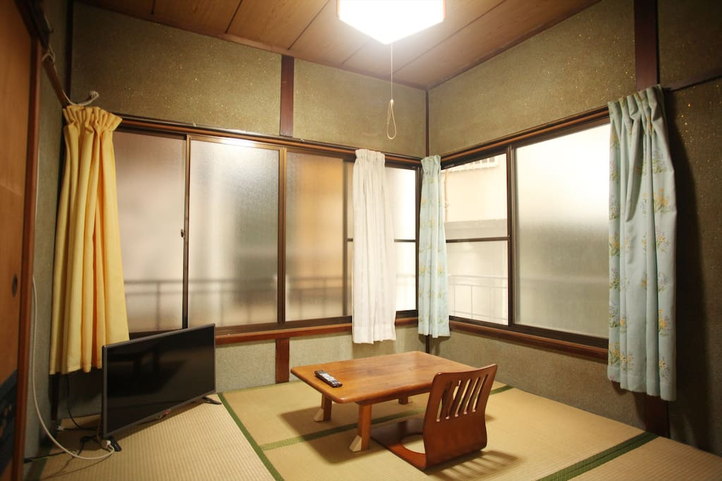 リビングは2部屋あります。テレビがある和室、広々と寛げるフローリングの部屋です。リビングは24時間利用可能です。