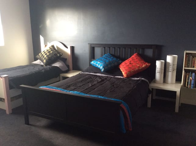 Large, Comfortable Bedroom & Ensuite - Campbelltown