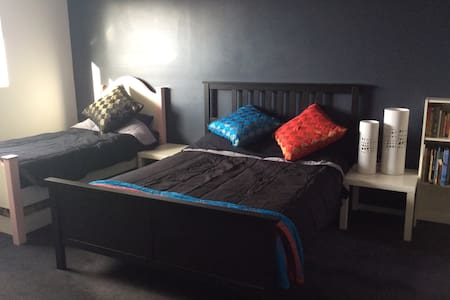 Large, Comfortable Bedroom & Ensuite - Campbelltown - Huis