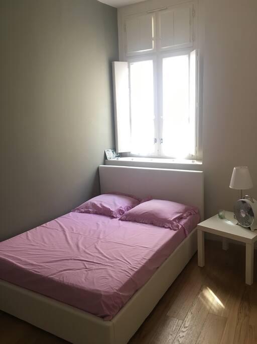 Chambre calme, avec fenêtre donnant sur une cour intérieure