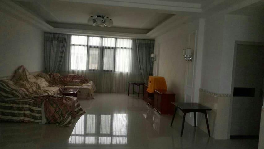 三室两厅的一层房子 房东温柔好客 坐落在安静的张家界 景区附近