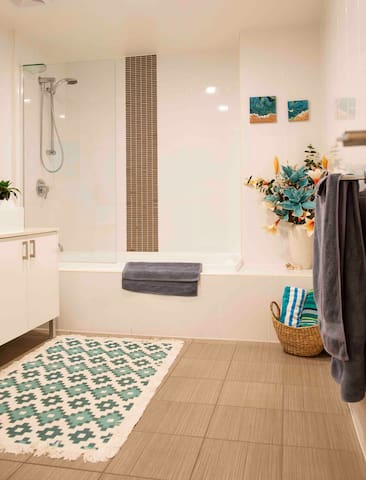 Large Bathroom with toiletries, towels & beach towels for the beach & pool