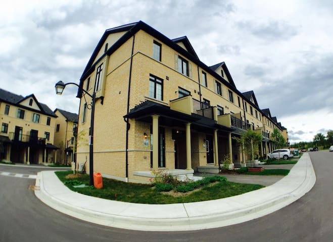 Family Friendly - Spacious Townhouse Living - Ajax