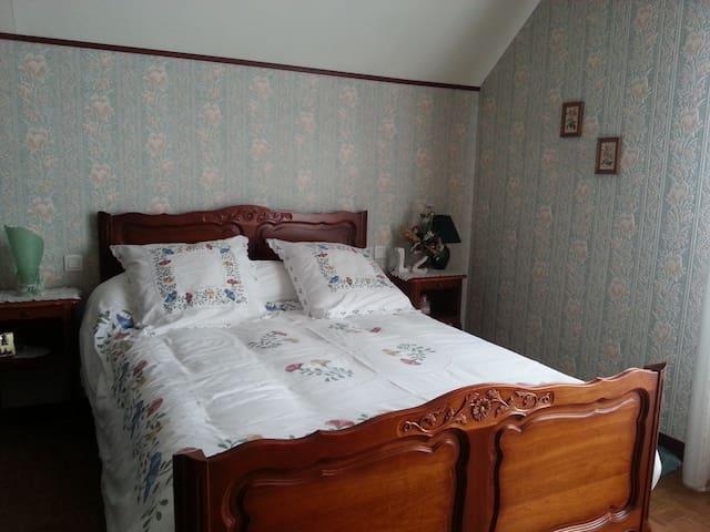 Grande chambre privée avec jolie vue - Farnay - Rumah