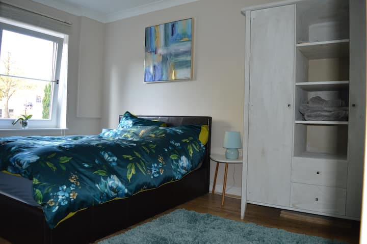 Cosy double bedroom close to town
