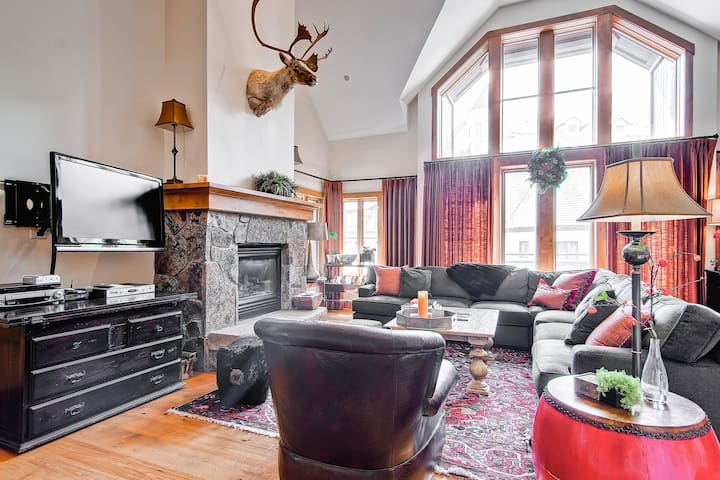 Elegant Mountain Home Conveniently Located