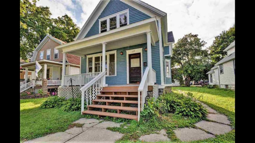ENTIRE HOME 2 story Downtown 2 miles to Lambeau
