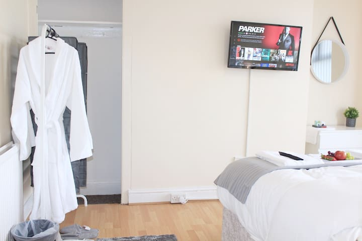 Comfortable Sanitised Room Walkable to Anfield R3