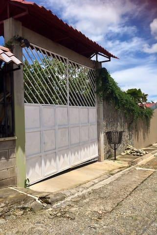 Entrada privada por fuera/ private entrance from outside