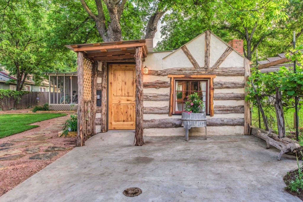 Close to main durst cabin tiny houses for rent in for Cabin rentals fredericksburg tx